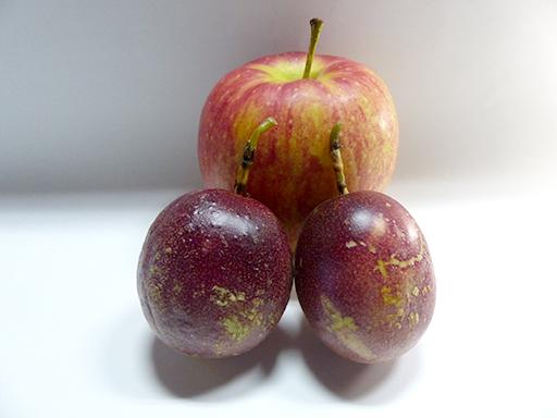 リンゴと一緒にして追熟中のパッションフルーツ